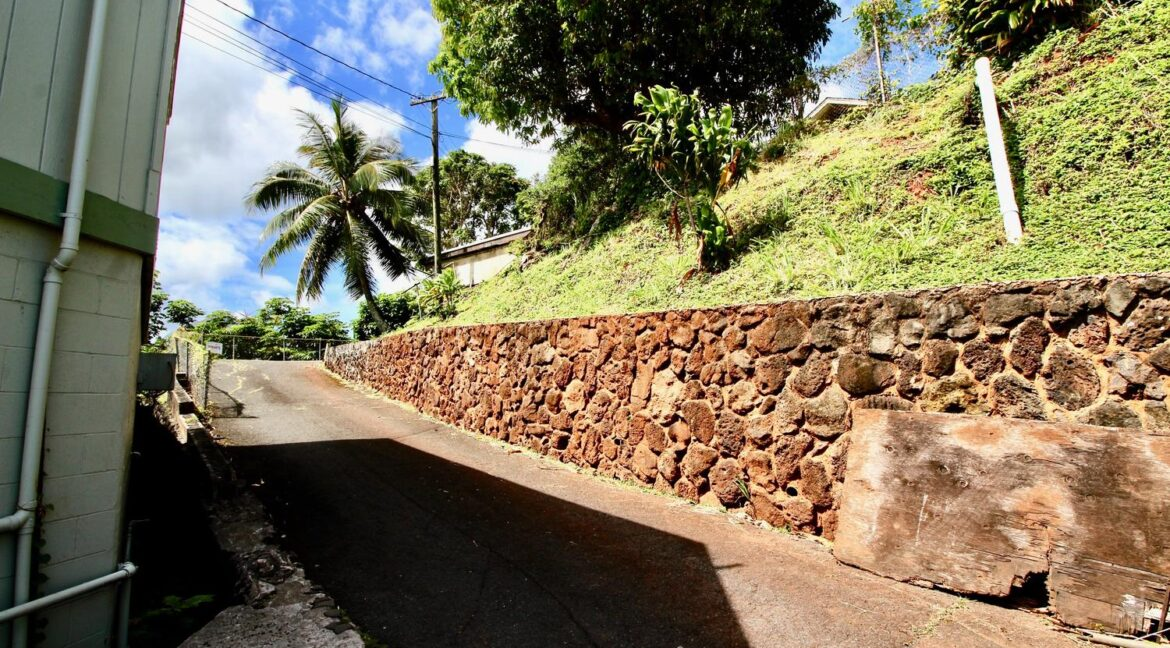 451022-Kamehameha-Hwy-large-032-031-Drive-way-up-to-the-Rentals-1500x1000-72dpi